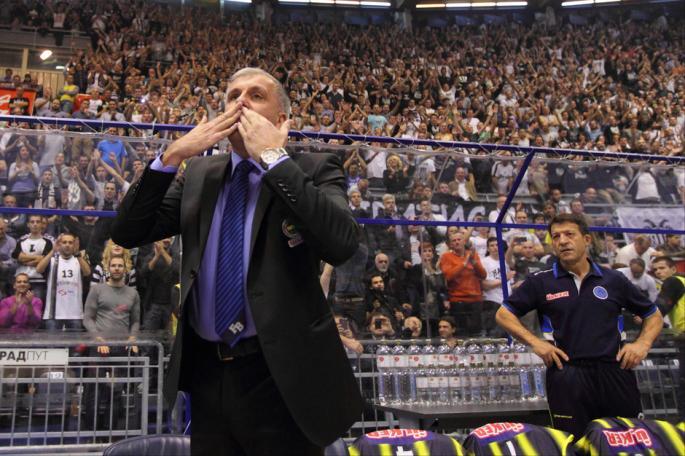 Željko Obradović se zahvaljuje navijačima Partizana na dočeku.