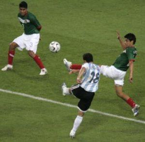 """Meksiko je bio u napadu i izgubio loptu, pa je krenula jedna polu-kontra Argentinaca koji su se mučili da je izvedu u punoj brzini. Lopta je došla do Mesija a ovaj je prebacio na drugu stranu na kojoj je gotovo sam bio Huan Pablo Sorin, na više od 30 metara od gola Meksikanaca. Sorin je pogledao koga sve ima na raspolaganju od igrača a onda poslao jednu, ne preterano brzu dijagonalu na ivicu šesnaesterca protivnika. Tamo je bio spreman Maksi Rodrigez, tada igrač Atletiko Madrida, primio tu dugu loptu na grudi i ne sačekavši da padne na zemlju, stigao ju je i levom nogom """"opalio"""" po njoj. Lopta nije bila snažna ni brza, ali je uletela tamo gde treba, preko golmana Osvalda Sančeza pravo u mrežu."""