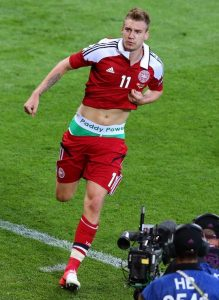 """Nakon što je u 80. minutu utakmice postigao svoj drugi pogodak i doneo Danskoj izjednačenje na 2:2, Bentner je spustio šorc i na donjem vešu otkrio natpis kladionice """"Paddy Power"""". Cela akcija je inače po mnogima bila dobro isplanirana, jer se vrlo brzo nakon utakmice saopštenjem oglasila i irska kladionica koja se zahvalila Dancu. Evropska fudbalska unija (UEFA) odmah je sprovela istragu i saopštila je da je Niklas Bentner kažnjen sa 100.000 evra zbog nedoličnog ponašanja tokom proslavljanja gola i suspenzijom na jednoj utakmici. Danska tako nije mogla da računa na njega u prvom meču kvalifikacija za naredno svetsko prvenstvo, 8. septembra kod kuće protiv Češke."""