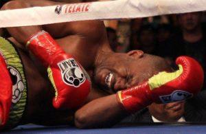 Lekar je utvrdio da Hopkins ima povredu levog ramena, ali je i ostavio boksera da odluči sam da li od bolova može da nastavi borbu. Tada je sudija meča Pet Rasel prišao Hopkinsu i pitao ga da li može da nastavi borbu, na šta mu je ovaj rekao da je spreman za nastavak, pa makar se borio i sa jednim ramenom. Rasel je ipak procenio da Hopkins nije u mogućnosti da na ravnopravan način nastavi borbu, pa je doneo odluku da se 12 sekundi pre isteka druge runde borba i zvanično prekine.
