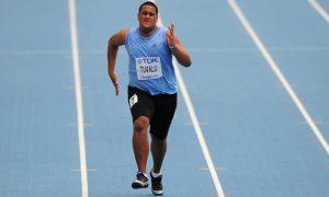 """Sogelau Tuvalu je nastupao u 7. stazi četvrte grupe preliminarne runde na 100 metara i već sam pogled na njega mnogima je delovao komično. Evidentno viši i gotovo dvostruko krupniji od svojih rivala Tuvalu je odmah svima """"zapao za oči"""", a znak za start trke samo je pojačao utisak o nastupu ovog atletičara iz Američke Samoe. I dok su njegovi konkurenti """"izleteli"""" iz startnog bloka, korpulentni Tuvalu je prvo """"jedva"""" ustao posle znaka za start, da bi potom trčao toliko sporo i komično, da je odmah bilo jasno da je to jedan od najgorih nastupa u istoriji atletskih šampionata."""