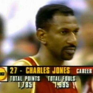 """Iako je draftovan 1979. godine, Čarls Džons je u NBA ligi zaigrao tek 5 godina kasnije i to u dresu Filadelfija Seventisiksersa. Iako je već tada imao 27 godina, to ga nije sprečilo da narednih 15 godina (sa dve kraće pauze) provede u NBA ligi igrajući za Filadelfiju, Čikago, Vašington, Detroit i Hjuston. Iako je većinu tih sezona imao zapaženu ulogu u svojim timovima, uglavnom igrajući na poziciji """"back-up"""" centra, ljubitelji košarka ga uglavnom znaju po podatku zbog koga su mu se mnogi smejali. Naime, on je u karijeri """"uspeo"""" da napravi više faulova nego da postigne poena (preko 2100 naspram skoro 1820). I dok su mnogi videvši sliku te njegove statistike koja kruži internetom počeli da se smeju i pitaju kako je takav igrač uopšte i igrao toliko u NBA ligi, da Čarls Džons ipak nije bio zalutao u najjaču košarkašku ligu, pokazuje situacija koje se danas podsećamo..."""