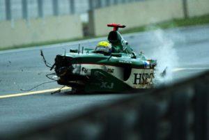Na startno-ciljnom pravcu, na ulasku u 54. krug, tada vozač ekipe Jaguar Mark Veber izgubio je kontrolu nad svojim bolidom i posle okreta udario u zid pored staze. Od udarca u zid, Veberov bolid se raspao, pa su se na stazi našli mnogi delovi sa njegove formule, a između ostalog i nekoliko pneumatika. Direkcija trke je odmah odlučila da trku zaustavi i da na stazu izađe bezbedonosno vozilo. Redari pored staze su mahali vozačima žutim zastavama i pokazivali znak za izlazak bezbedonosnog vozila, ali će se ispostaviti da to neće sprečiti sledeći incident.
