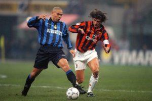 """Akcija Intera počela je na sredini igrališta odakle je lopta poslata Ronaldu na bok. On je prihvatio i krenuo ka sredini igrališta, pa iako se sve dešavalo na 40-ak metara od gola Maldini je već bio tu. Ronldo je majstorski, desnom nogom proturio loptu pored njega što je Italijana koji je bio u trku izbacilo iz ravnoteže i ostao bi zaista """"namagarčen"""" i otvorio mogućnost za gol da nije posegao za jedinom opcijom. Uhvatio je Ronalda koji je već bio za korak ispred, oko struka i bukvalno rvačkim zahvatom zaustavio dalje napredovanje. Iako je za ovoaj potez dobio žuti karton Maldini je svoj posao odradio. Lopta je pored njega mogla da prođe, ali igrač ne. """"Ako sam prinuđen da napravim klizeći start, to znači da sam već prethodno napravio grešku."""" - govorio je jedan od najboljih odbrambenih svih vremena, a Ronaldo ga je često primoravao da pravi klizeće startove. Ni Paolo Maldini nije ostajao dužan, pa je Ronaldo često ostajao bez lopte u prodoru na gol Milana."""