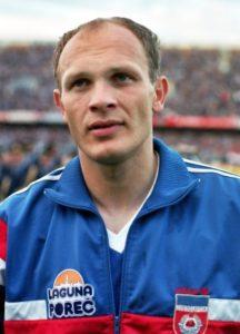 """Predrag Spasić je rođen 1965. godine u Čačku. Karijeru je počeo u nižerazrednoj Slaviji iz Ilićeva, izuzetan talenat dokazao u kragujevačkom Radničkom (1983-1988), a proslavio se u dresu beogradskog Partizana (1988-1990). Sa """"Crno-belima"""" osvojio je Kup Jugoslavije 1989. godine. Spasić je imao nadimak """"Agent"""", zbog čuvene izjave koju je jednom prilikom dao: """"Treneri su mi govorili da uhapsim igrača kojeg treba da čuvam. Da se postaram da ne prime loptu. A rođen sam 13. maja, što je bio Dan Bezbednosti u staroj Jugoslaviji."""" - rekao je jednom prilikom Predrag Spasić. Dobre partije u Partizanu, a naročito u Osimovoj reprezentaciji, pogotovo na Mundijalu 1990. godine, peporučile su ga da iste godine napravi senzacionalan transfer – da iz Partizana potpiše ugovor sa Realom. Transfer je vredeo tadašnjih 200 miliona pezeta (otprilike današnjih 1,2 miliona evra)."""