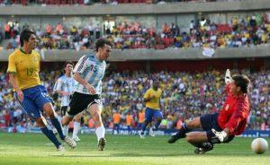 """Sve se odigralo u 89. minutu utakmice kada je na nekih 30-ak metara od gola Brazila Kaka fantastičnom hitrom reakcijom oduzeo jednu loptu Mesiju i krenuo u silovit kontranapad. Neverovatnom brzinom stuštio se ka protivničkom golu, a Mesi je jurio za njim pokušavajući da ispravi svoju grešku. Svima je dobro poznato koliko je brz omaleni Argentinac, jedan od najboljih igrača svih vremena, ali prosto je bilo neverovatno gledati kako i bez lopte ne može da stigne Kaku koji je krupnim koracima grabio ka golu. Fascinantnom brzinom je pretrčao gotovo ceo teren i onda naišao na prvu od prepreka, stamenog Milita koga je jednom varkom i pomeranjem lopte u stranu prevario i prošao pored njega kao brzi voz, dok je Mesi već bio odustao od potere. Poslednja prepreka bio je Abondanzieri, golman Argentine koji nije imao nikakve šanse kada mu je """"devetnaestica"""" Brazila proturila loptu po zemlji tako precizno i odmereno da ni poslednji igrač odbrane """"Gaučosa"""" nije uspeo da je stigne, iako je bio veoma blizu."""