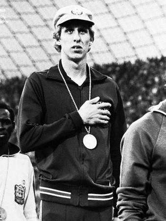 """Ipak, ubrzo je sreću koju su svi ljubitelji atletike u Americi osećali zbog trijumfa Votla na 800 metara zamenilo razočaranje, prouzrokavano ispostaviće se """"slučajnim"""" skandalom. Naime, Dejv Votl je gotovo uvek nosio kačket dok je trčao, pa se sa kačketom pojavio i na dodeli medalja. Kada je dobio svoju zasluženo osvojenu zlatnu medalju i kada je krenulo intoniranje američke himne, kako je kasnije sam priznao zbog prevelikog uzbuđenja Votl je zaboravio da skine kačket, što su američki mediji protumačili kao njegov bojkot američke himne, ali i podrška kolegama koji su izbačeni iz tima zbog nepoštovanja američkih simbola. Situacija se kasnije malo primirila kada se Dejv Votl izvinio američkoj javnosti za to što nije skinuo kačket tokom intoniranja himne, ali i objasnio da to nije učinio namerno, već da jednostavno nije mogao da veruje da je postao olimpijski šampion i da je od prevelikog uzbuđenja zaboravio da skine kačket."""