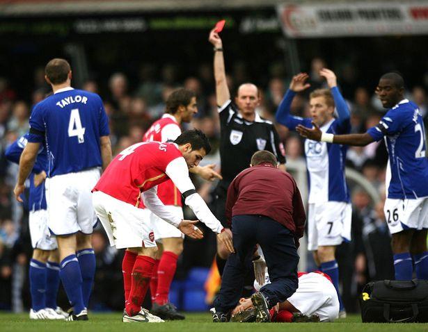 Martin Tejlor dobio je apsolutno zasluženo crveni karton posle brutalnog starta nad Eduardom.