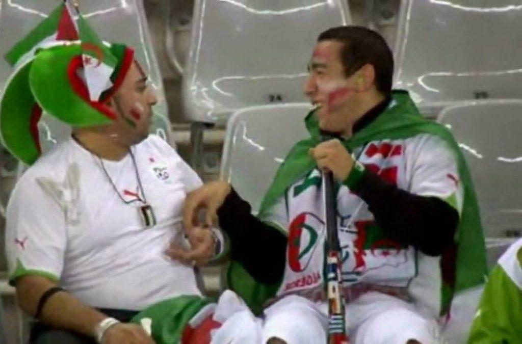 Sukob dvojice navijača Alžira tokom meča sa Engleskom.
