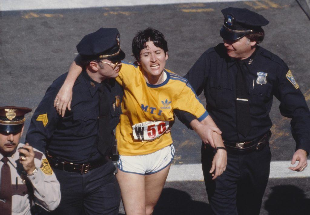 Rozi Ruiz je zbog umora uz pomoć dvojice policajaca odšetala po završetku maratonske trke u Bostonu.