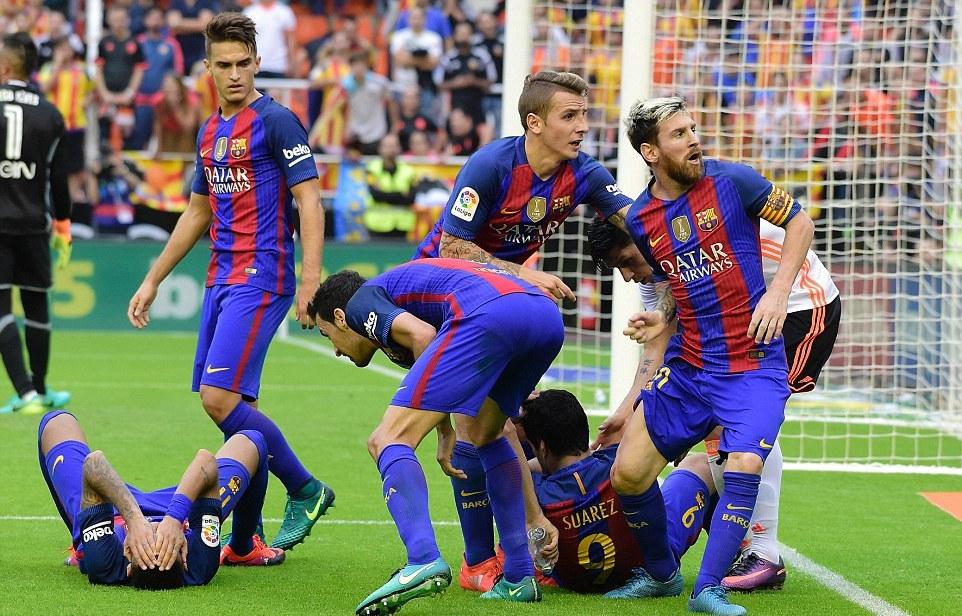 Mnogima je bilo komično što su fudbaleri Barselone (pre svega Nejmar i Suarez) popadali kao pokošeni posle pada flašice vode koja je doletela sa tribina.