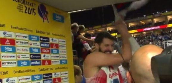 Nikola Mirotić – Cepanje srpske zastave