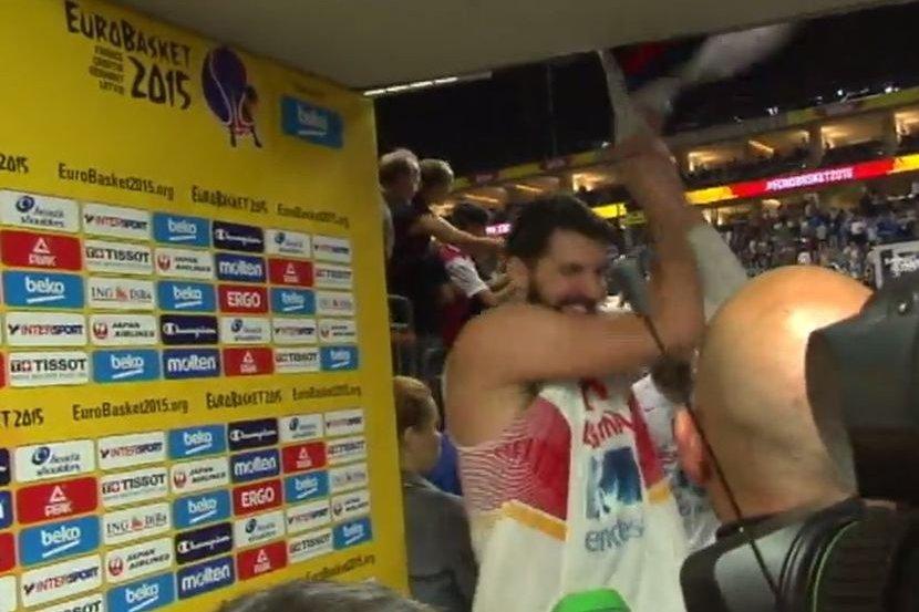 Trenutak kada je Nikola Mirotić pocepao srpsku zastavu.