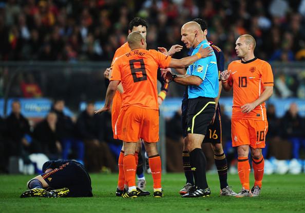Hauard Veb je kasnije izjavio da je svestan da je pogrešio što nije pokazao De Jongu crveni karton.