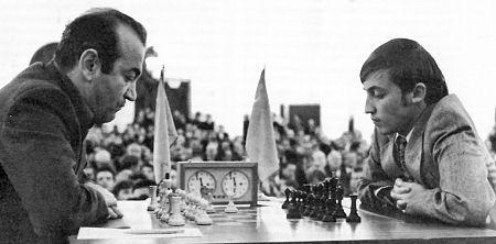 Viktor Korčnoj i Anatolij Karpov tokom meča izazivača 1974. godine.