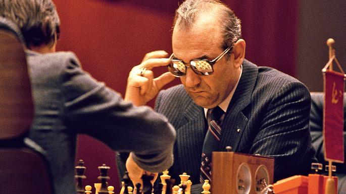 """Viktor Korčnoj je nosio naočare sa ogledalom kako bi se zaštitio od dejstva """"doktora"""" Zuhara."""