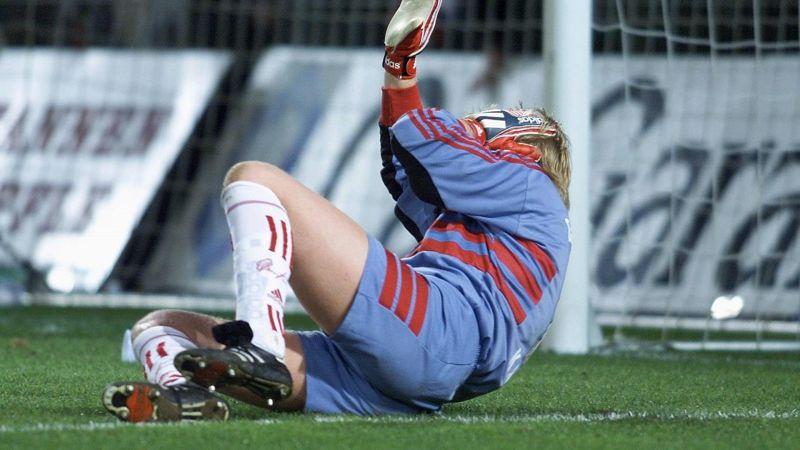 Oliver Kan pogođen je u glavu od strane navijača Frajburga.