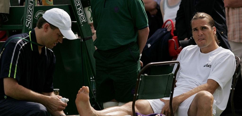 Tomi Has dobija medicinsku pomoć na meču protiv Tipsarevića. Photo: Bongarts/Getty Images