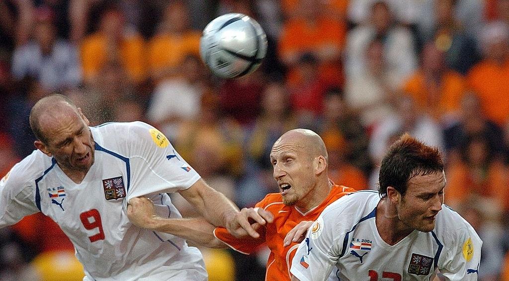 Jap Stam i Jan Koler vodili su mnogo duela na meču Holandija - Češka. Photo: Joe Klamar/AFP/Getty Images