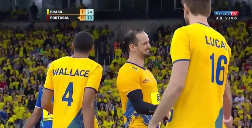 """Lipe Fonteles je dobio čestitke od saigrača za izvedenu """"Nebesku loptu"""" na meču sa Portugalom."""