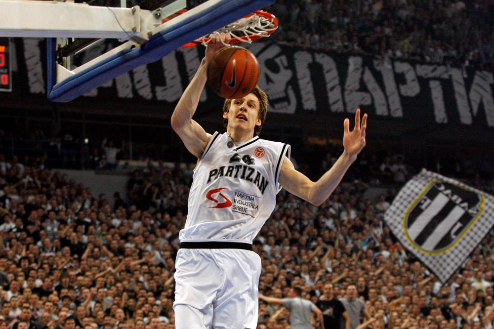 Jan Veseli je oduševljavao navijače Partizane fantastičnim zakucavanjima.