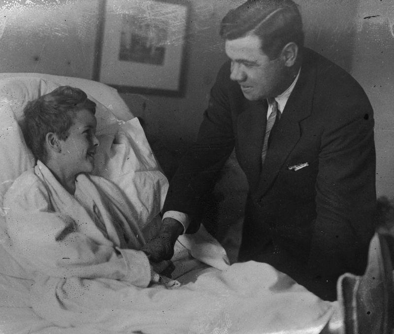 Bejb Rut u poseti teško bolesnom Džoniju Silvesteru.