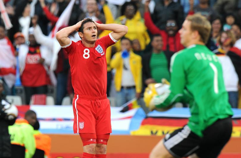 Frenk Lampard nije mogao da veruje da sudija nije video da je lopta završila iza gol linije.