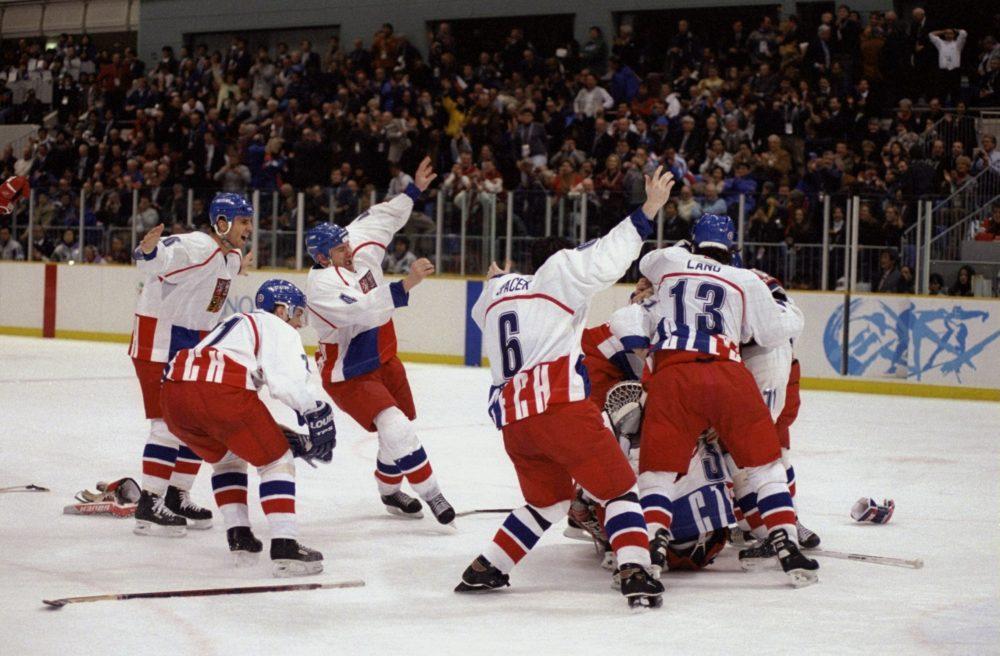 Hokejaši Češke slave osvajanje zlatne medalje na Igrama u Naganu. Photo: Doug Pensinger/Getty Images