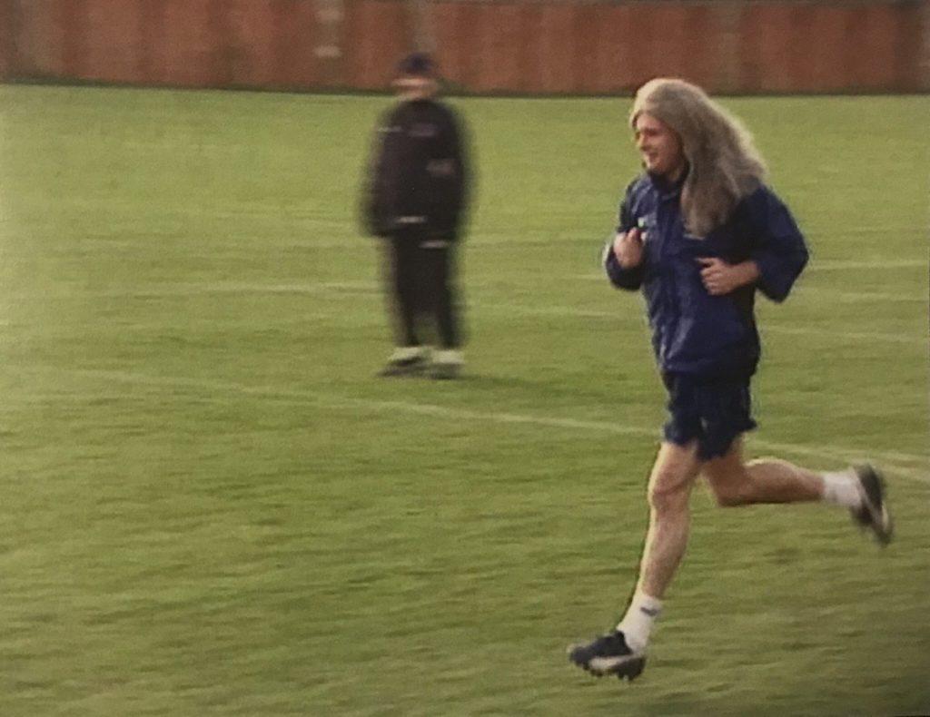 Pol Gaskojn se na treningu Evertona pojavio sa perikom, imitirajući Davida Žinolu.