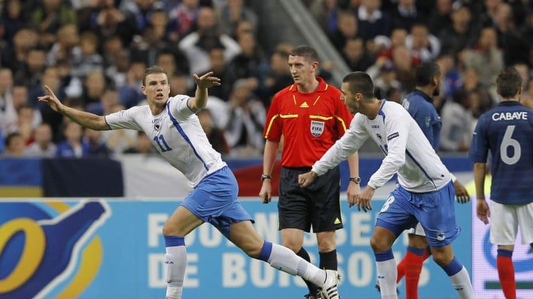 Edin Džeko proslavlja svoj fantastičan pogodak protiv Francuza.