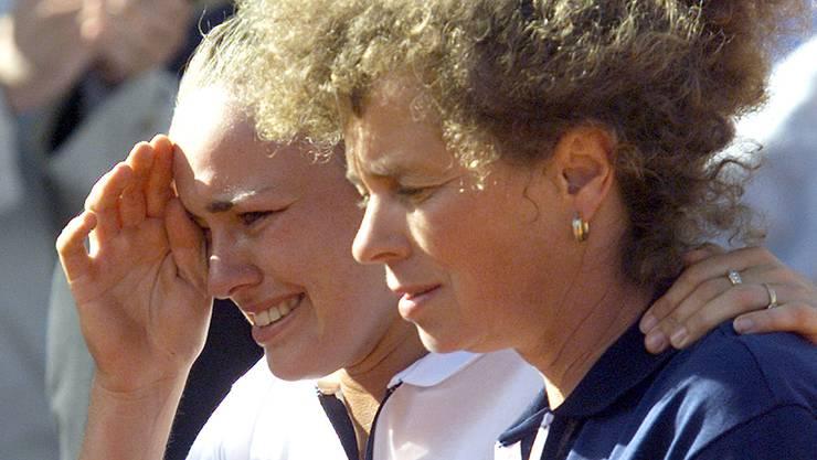 Uplakanu Martinu Hingis majka je ubedila da izađe na ceremoniju dodele trofeja.
