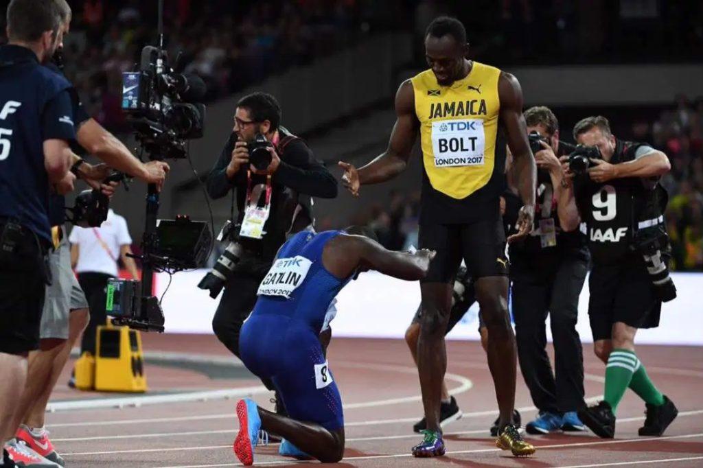 Džastin Getlin se poklonio Juseinu Boltu posle finalne trke na 100 metara na Svetskom prvenstvu u Londonu.