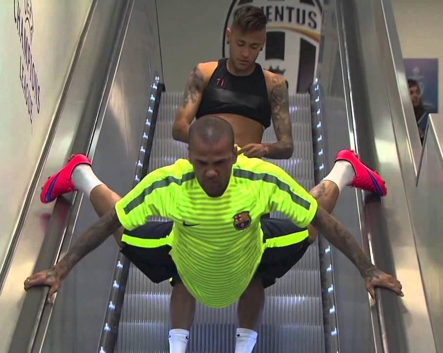 Dani Alves se odlučio da na neobičan način izađe na teren.
