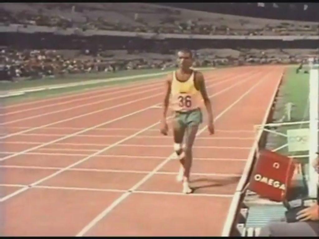 Džon Akvari je i pored svih nedaća uspeo da završi maratonsku trku na Igrama u Meksiko Sitiju.